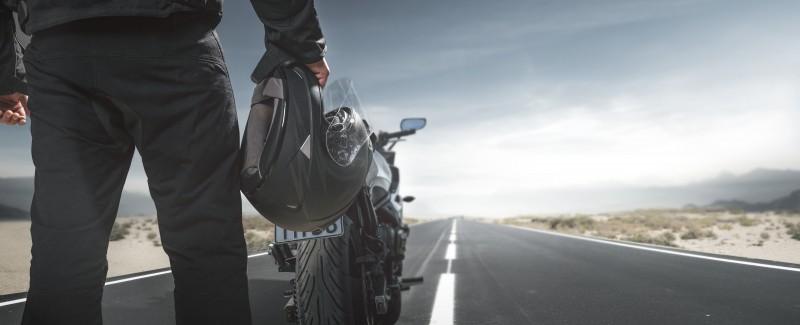 media/image/AdobeStock_210535515_Biker-mit-Motorrad-auf-der-Landstrasse_Gekauft-20-02-2019_Urheber-m-mphoto.jpg