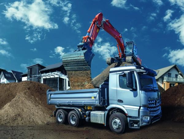Bagger-schaufelt-in-LKW-NFZ-Nutzfahrzeuge-Fotolia-Urheber-Eisenhans-58980038-1585-x-1198-px-300-dpi