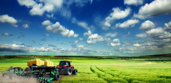 Traktor-im-Feld-green-field-and-blue-sky-C-Vitaly-Krivosheev-fotolia-com-86022492-3492-x-1692-px-300-dpi
